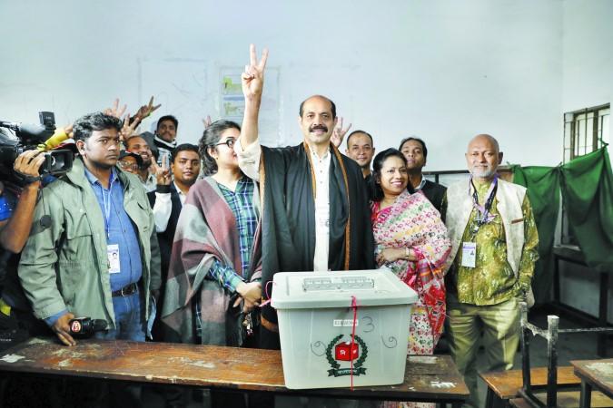 Awami League's Atiqul takes early lead