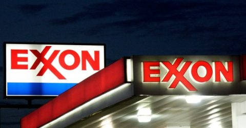 US shale boosts output as Exxon Mobil, Chevron report mixed results
