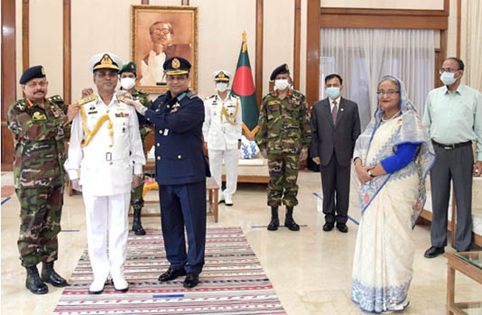 New Navy Chief adorned with vice-admiral rank badge