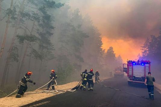 Hundreds battle deadly Ukraine forest fire